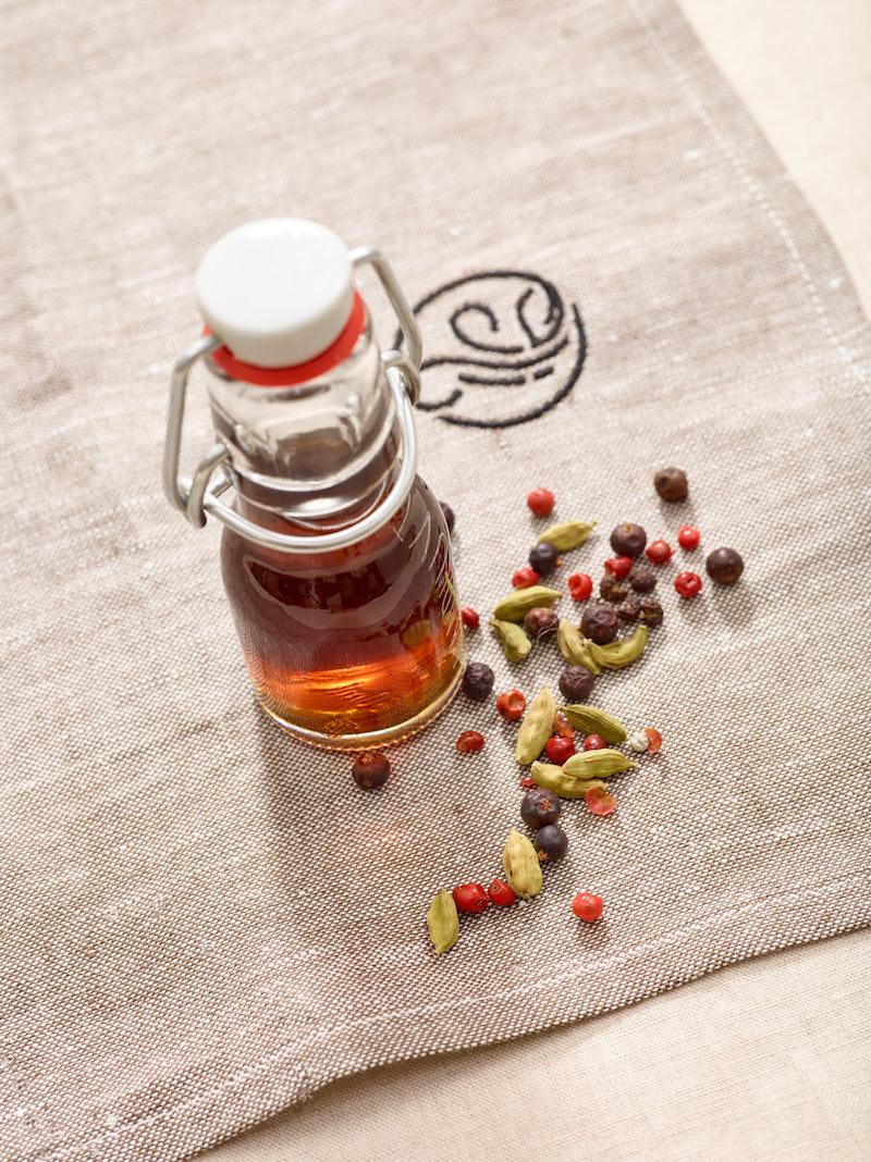 Flasche Landluvt auf Tuch mit Gewürzen