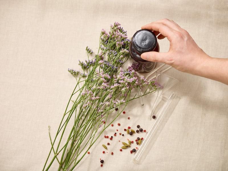 Stimmungsbild: Hand öffnet Flasche, Blumenstrauß
